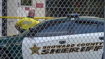 Un agente de la Oficina del Sheriff del condado de Broward es visto el día de la masacre en la escuela Marjory Stoneman Douglas, en Parkland.