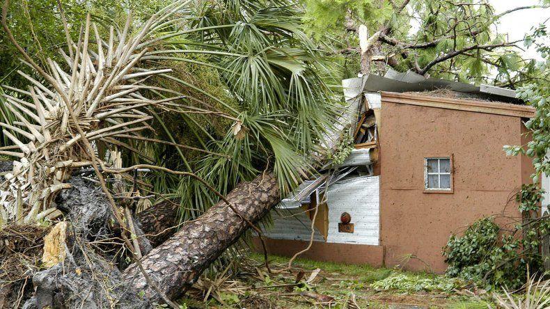 Una casa destruida por un árbol después que el huracán Charley pasara por la ciudad de Orlando enFlorida, el sábado 14 de agosto de 2004.