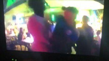 Un oficial de la policía de Miami Beach le da un puñetazo en la cara a un hombre desarmado.