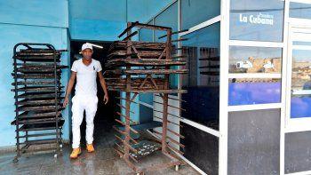 Un trabajador camina en una panadería sin pan en La habana, Cuba.