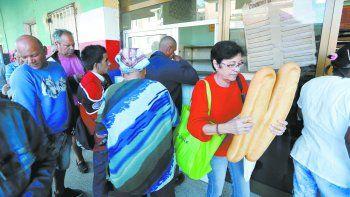 Las largas colas para comprar pan enfurecen a los cubanos.