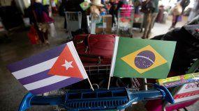 Banderas de Cuba y Brasil usadas por los médicos cubanos a su regreso a Cuba tras el cierre del programa Mas Médicos.