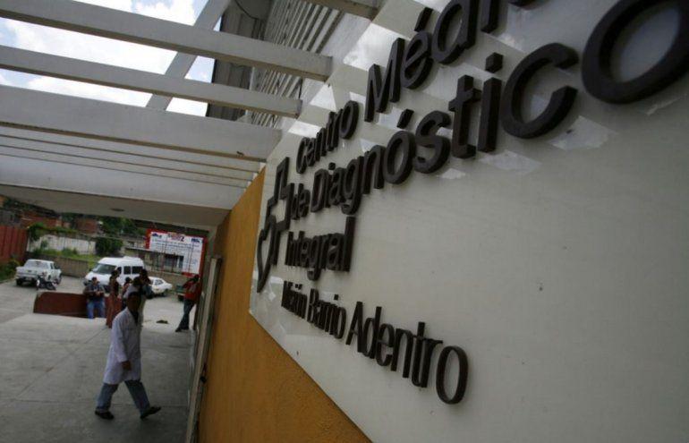 Un médico cubano entra al Centro de Diagnóstico del programa de salud Barrio Adentro