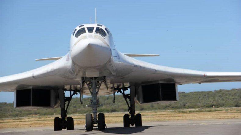 Foto cedida por Prensa del Ministerio de Defensa de Venezuela, de uno de los bombarderos rusos Tu-160 que llegaron al aeropuerto de Maiquetía, en Venezuela.