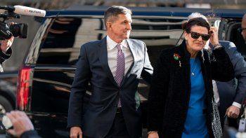 El exasesor de Seguridad Nacional estadounidense Michael Flynn (c), junto a su mujer, Lori Andrade (d), a su llegada al Tribunal Federal de Washington.