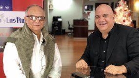 Juan Juan Almeida (der.) entrevista al diseñador cubano Amaury Almaguer.