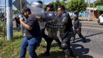 Agentes de la policía nacional repliegan al periodista Nestor Arce del semanario Confidencial.