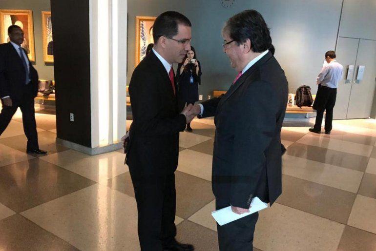 Cancilleres Jorge Arreaza y Carlos Holmes Trujillo en un pasillo de la ONU en Nueva York
