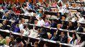 Diputados cubanos participan en una votación durante la sesión plenaria del Parlamento unicameral de la isla.