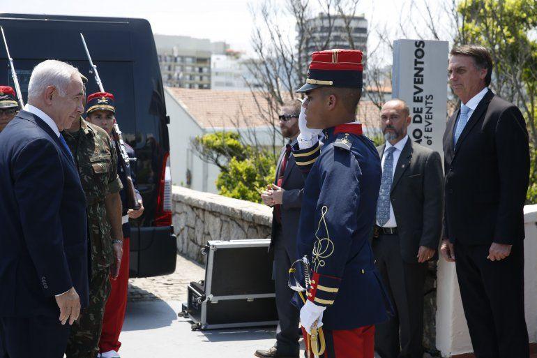 Jair Bolsonaro (der) recibe a Benjamin Netanyahu en el Fuerte de Copacabana