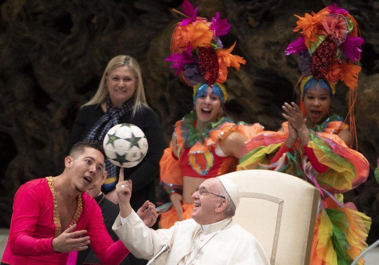 ElpapaFranciscorecibe a miembros del Circo de Cuba durante la audiencia general de los miércoles en la Sala Pablo VI en el Vaticano hoy