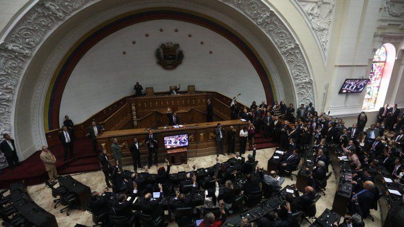 El presidente de la Asamblea Nacional (AN, Parlamento) advirtió que si Maduro decide jurar para un nuevo periodo el próximo 10 de enero,los diputados reafirmarán su ilegitimidad y declararán la usurpación del cargo.