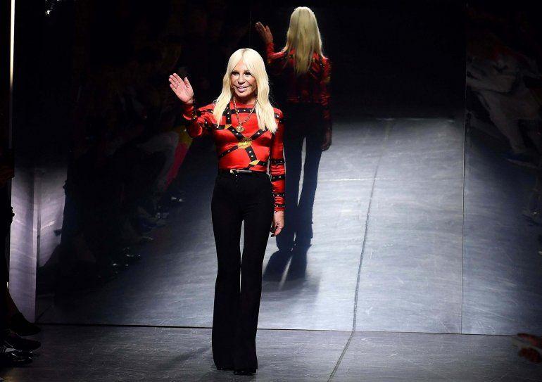 La idea de Donatella Versace mezcla clásicos de la sastrería como el traje de chaqueta o los grandes gabanes con elementos y colores del todo llamativos.