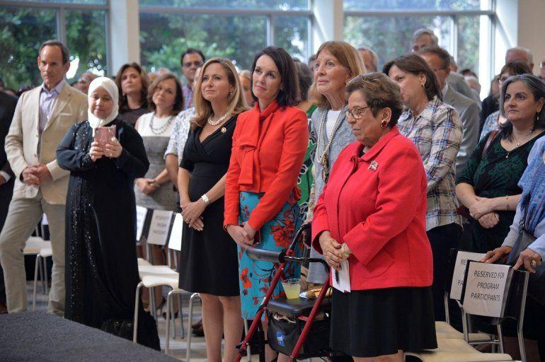 Donna Shalala (der.) dedicó su acto de juramentación a los 800.000 trabajadores federales afectados por el cierre parcial del Gobierno.