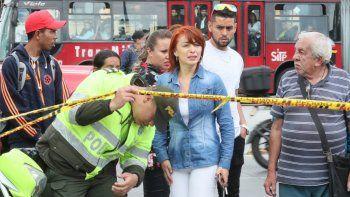 Personas preguntan por sus familiares cerca del lugar donde un carro bomba causó una explosión este jueves en la Escuela General Santander de la Policía en Bogotá (Colombia).