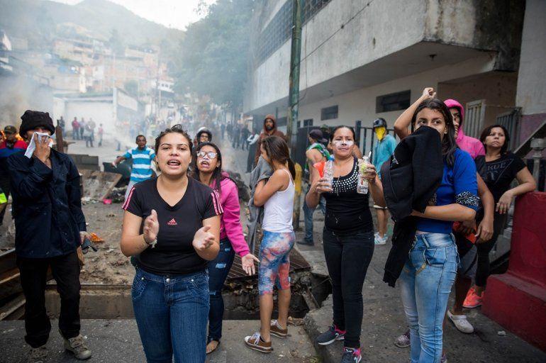 Un grupo de personas se manifiestan en una calle en las inmediaciones de un comando de la Guardia Nacional Bolivariana este lunes en Carcas.