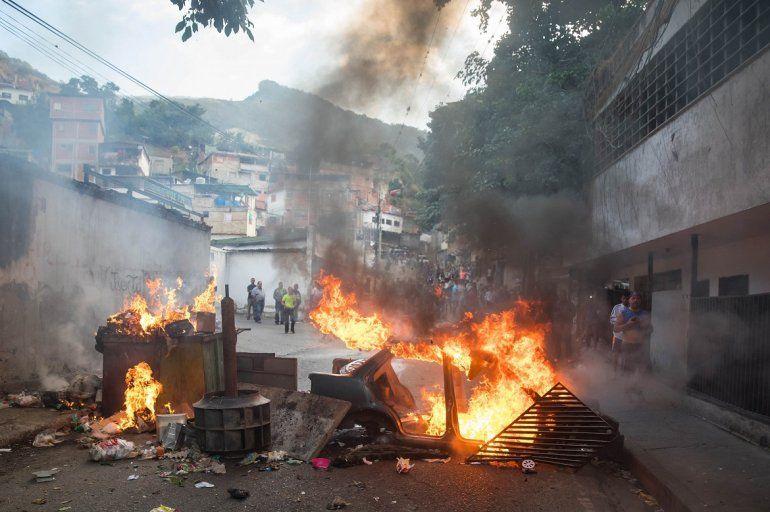 En la calle arden barricadas como protesta al régimen de Maduro