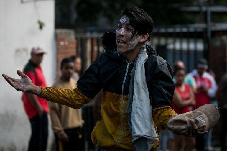 Los jóvenes apoyan en la calle al grupo de militares que protestaron contra la dictadura de Maduro.