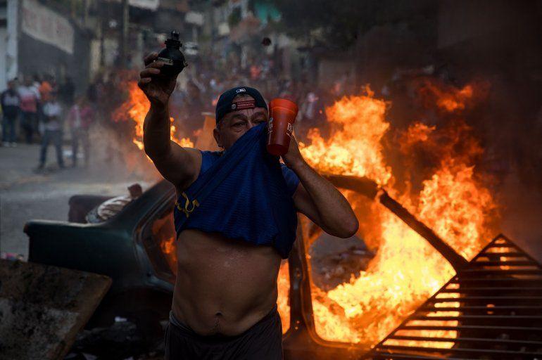 Un grupo de personas se manifiestan en una calle en las inmediaciones de un comando de la Guardia Nacional Bolivariana