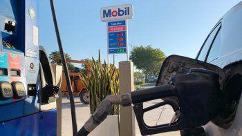 El precio de la gasolina varía según la demanda y la oferta del combustible y el petróleo.
