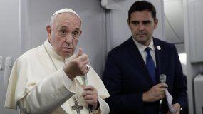 El papa Francisco (i) junto al portavoz del Vaticano, Alessandro Gisotti, responde a las preguntas de los periodistas durante un vuelo este domingo desde Panamá a Ciudad del Vaticano.