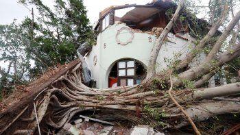Fotografía de una vivienda afectada por la caída de árboles tras el paso de un tornado en la madrugada del lunes 28 de enero de 2019, en La Habana, Cuba.
