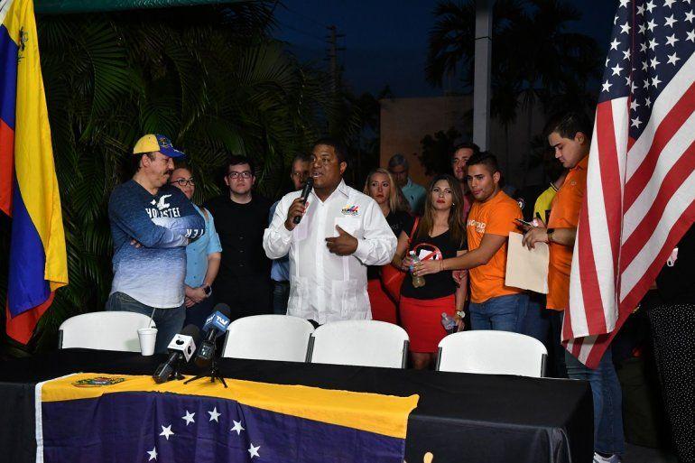 José Colina, presidente de la Organización de Venezolanos Perseguidos Políticos en el Exilio, VEPPEX, habla en un acto de exiliados venezolanos en apoyo al presidente encargado, Juan Guaidó.
