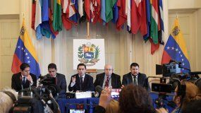 El representanteinternacionalde Guaidó para la misión de asistenciahumanitaria, el diputado del Consejo Legislativo del estado Zulia Lester Toledo (i); el diputado venezolano opositor, José Manuel Olivares (2i); el representante ante EEUU del líder opositor venezolano, Carlos Vecchio (c); el representante especial de Venezuela ante la Organización de Estados Americanos (OEA), Gustavo Tarre (2d), y el exalcalde del Municipio venezolano de El Hatillo, David Smolansky (d), en laConferencia Mundial de la Crisis Humanitaria en Venezuela.