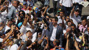 El presidente interino deVenezuela, Juan Guaidó, saluda a voluntarios para trabajos de ayuda humanitaria en Caracas.