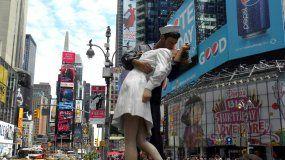 Fotografía de archivo de una estatua que reproduce el famoso beso entre un marinero y una enfermera al término de la II Guerra Mundial en Times Square, Nueva York.