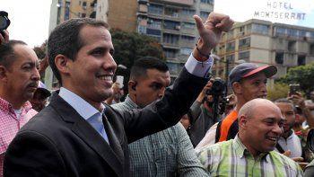 El presidente encargado de Venezuela, Juan Guaidó, arriba a un encuentro con transportistas en Caracas.