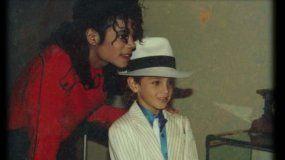 Dirigida por Dan Reed, esta cinta detalla la relación durante varios años de Michael Jackson con dos niños menores de edad, James Safechuck y Wade Robson, quienes terminaron acusándole de abusar de ellos.