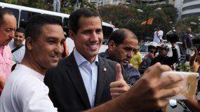 Juan Guaidó, presidente encargado de Venezuela, posa para una selfi con uno de sus simpatizantes.