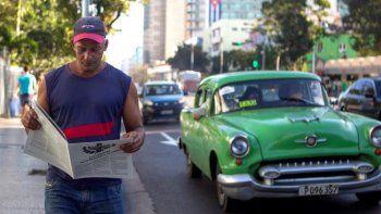 Un hombre camina por una calle en La Habana con una propuesta de la nueva Constitución.