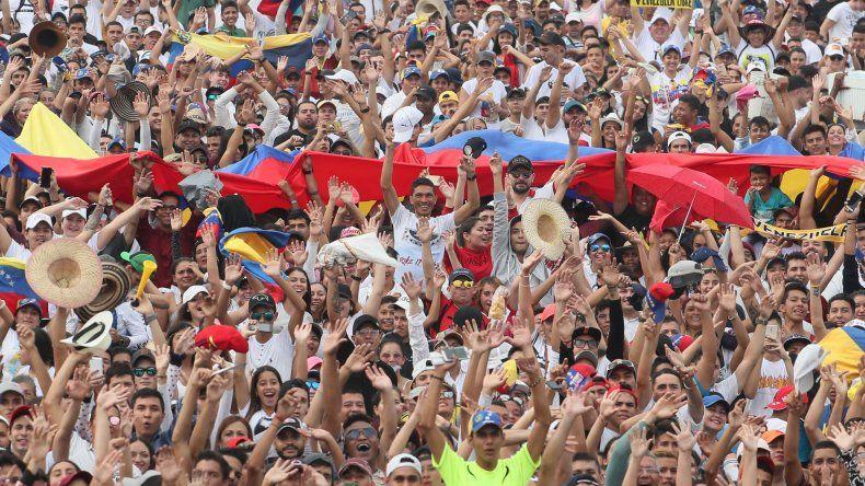Centenares de personas se dan cita en el puente Tienditas para presenciar el concierto Venezuela Aid Live.