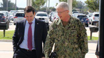 El senador republicano Marco Rubio camina junto al comandanteCraig Faller, jefe del Comando Sur de EEUU, este viernes 22 de febrero de 2019.