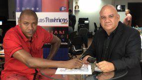 Juan Juan Almeida (izq.) entrevista a Jorge, uno de los hijos del coronel cubano Pedro Tortoló.