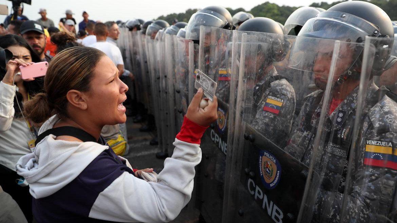 Ciudadanos venezolanos discuten con guardias de las Fuerzas deVenezuelasobre el Puente Simón Bolívar este sábado, en Cúcuta (Colombia).