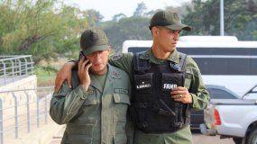 Foto facilitada por Migración Colombia que muestra ados miembros de la Guardia Nacional Bolivariana (GNB) que desertaron, en Cúcuta, Colombia, el 23 de febrero de 2019.