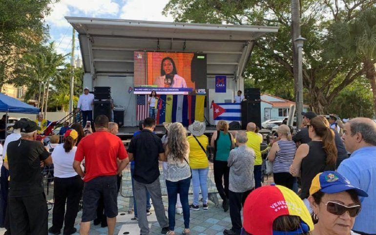 Personas de varias nacionalidades se reunieron en el Parrque del dominó, en Miami, para apoyar la voluntad del pueblo venezolano.