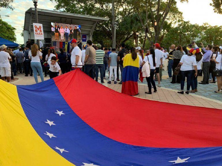 Con una bandera venezolana totalmente desplegada, residentes en Miami demostraron su apoyo al pueblo de Venezuela.