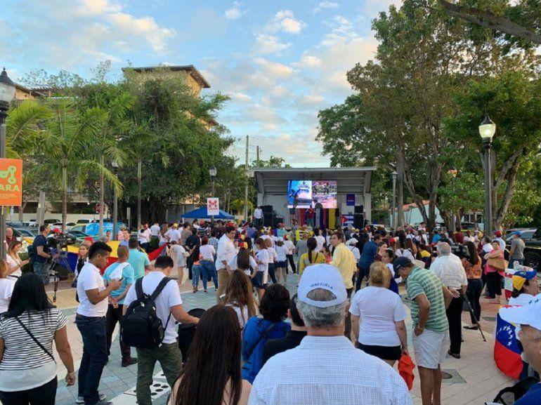 El Parque del Dominó, en Miami, se llenó de personas de diferentes nacionalidades en apoyo a la voluntad del pueblo de Venezuela de acabar con el régimen de Nicolás Maduro.