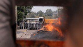 Así fueron incendiados los dos camiones que llevaban la ayuda humanitaria a Venezuela.