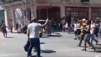 Captura de un video que circula en redes sociales en el que se ve al opositor cubano Ángel Moya durante la protesta pública contra el referendo constitucional en La Habana este 23 de febrero de 2019.