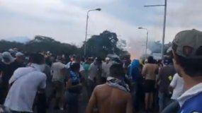 Los venezolanos que se encontraban del lado colombiano de la frontera en Ureña fueron atacados con gases lacrimógenos.