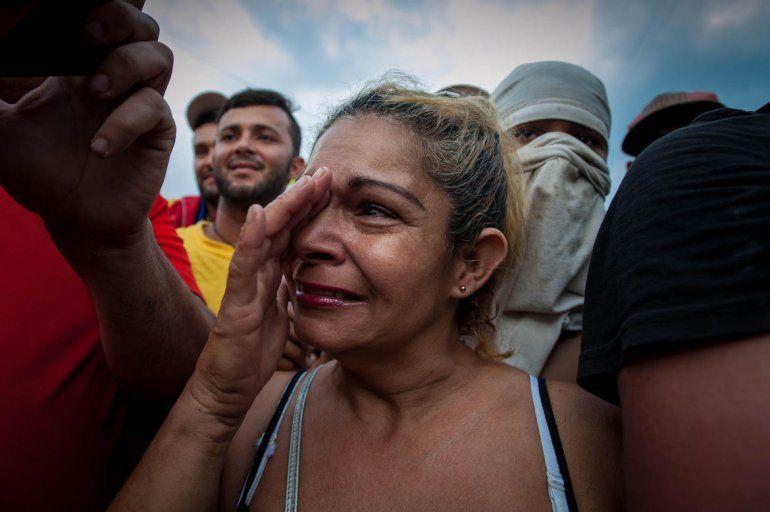 El intento de ingresar a Venezuela la ayuda humanitaria desde Colombia terminó este sábado en violentos enfrentamientos de la multitud que acompañaba a los camiones con la fuerza pública venezolana en los pasos fronterizos, que dejaron al menos 285 heridos.<br>