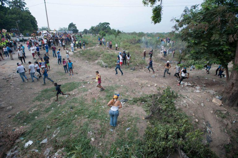 El terraplén que existe entre Colombia y Venezuela se convirtió en un campo de batalla.