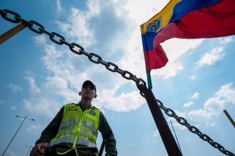 Un funcionario de la Policía de Colombia vigila la frontera con Venezuela.