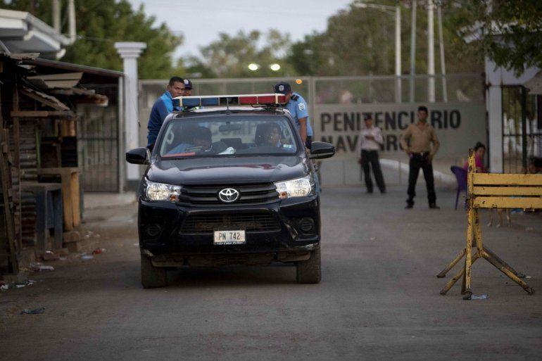 Un auto de la policía sandinista abandona el centro penitenciario Jorge Navarro