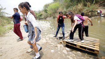El senado de EEUU Tim Kaine observó como la gente se ve obligada a cruzar sobre el rio para poder ir de un país a otro.
